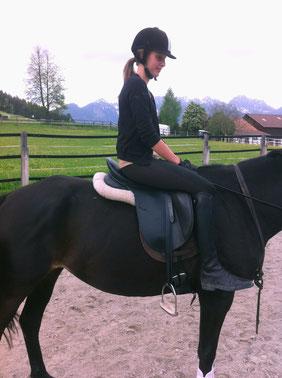 Sitzschulung des Reiters: Oberschenkel über die Sattelpauschen legen