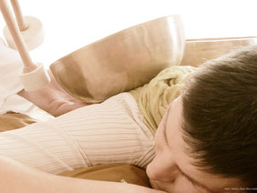 Rückenmassage mit Klangschale