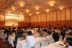 会場は140名の参加者で満席状態