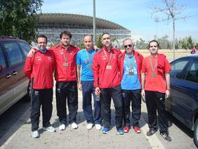 Algunos de los atletas desplazados, con el Estadio Ciudad de Málaga a l fondo.. PINCHA MÁS FOTOS.