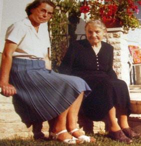 Das Bild zeigt Katharina Funke mit ihrer Tochter Elisabeth 1962