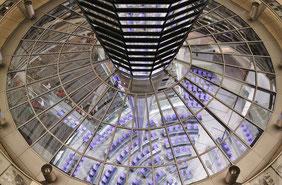 Blick durch die verglaste Reichstagskuppel in den Bundestag
