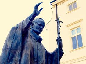 im östlichen Mitteleuropa wie ein Heiliger verehrt