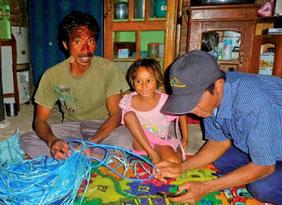 キリンサイ固定用ロープを整備する漁民