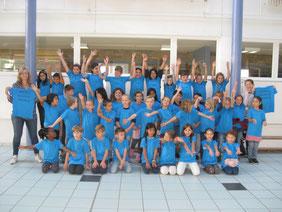 Frau Kugler (Leiterin des Chors), Frau Schnell und Schülerinnen und Schüler der Klassen 2-4