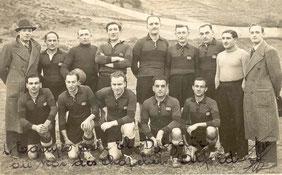 Avec l'équipe de football de l'El-Djézaïr (premier plan, deuxième à gauche)