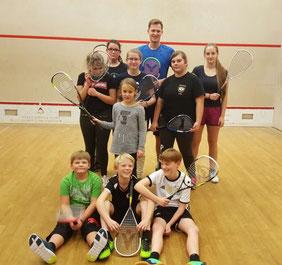 Trainer Hendrik Remer mit den Jugendlichen