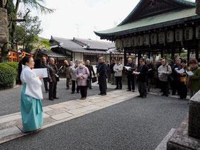 宮司さんのお話を熱心に聴く学生の皆さん 田中神社