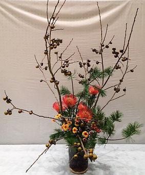 軽部江邦 花材:豆柿、五葉松、小菊、    ピンクッション