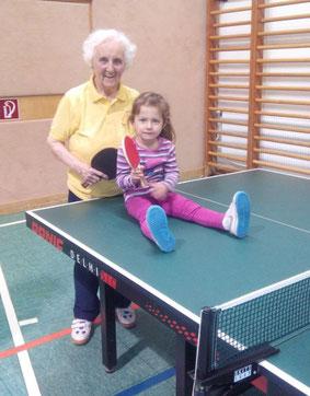 Margit Schieder trainierte zuletzt fleißig in Sierndorf mit. Die rüstige Seniorin begeht heuer ihren 91. Geburtstag. Wie bei einem Starbesuch wurden Fotos gemacht und Fragen gestellt. Selten gibt es die Gelegenheit eine so erfahrene Spielerin zu fragen.