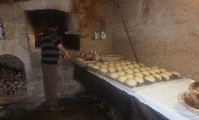 Cuisson de boules de pain dans un four à bois de village, à La Pérotonnerie de Rom, en Deux-Sèvres
