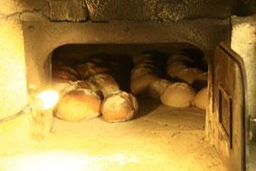 Les boules de pain cuit au four à bois, à la ferme de La Pérotonnerie de Rom