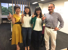 2016年7月1日より活動中の森崎菜々子さん(中央左)と、2017年7月7日より活動を開始した松尾 彩音さん(中央右)との1枚。共に成長し合える仲間との出逢いに感謝!
