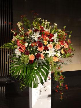 今回のスタンド花。シックな色合い。