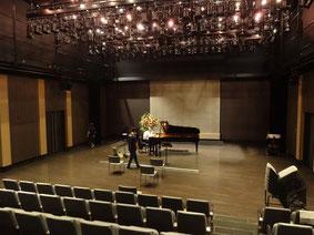 10:00~舞台仕込み中。ピアノはスタインウェイ。