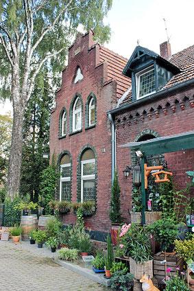 Ansicht des historischen Gebäudes mit Anbau des Grünen Warenhauses Beuys.