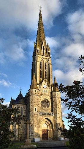 La flèche du clocher s'élève à 65 mètres