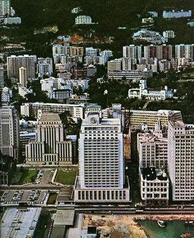Hongkong 1964 (le bâtiment en retrait avec les deux pelouse).
