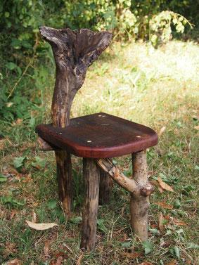petit chaise en bois. Convient aux enfants de 2 ans. Le dossier est une formation naturelle du bois
