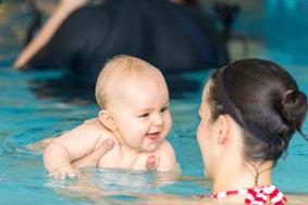 Bild: Fotograf fotografiert Baby beim Babyschwimmen in Berlin