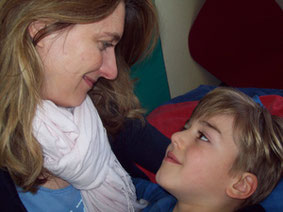 Mutter mit Kind im Rahmen einer körperbezogenen Interaktionstherapie (KIT) nach dem IntraActPlus-Konzept