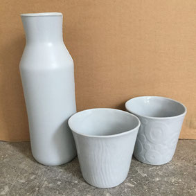 Set pour se rafraîchir l'été  Carafe et verres en porcelaine bleu pale.  Atelier de céramique Brigitte Morel Paris