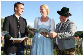 Vorstand Lambert Huber und Michael Rieder von Rieder Druckservice übergeben Herzogin Elizabeth in Bayern die allererste Festschrift