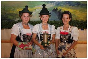 So strahlen Siegerinnen: die ersten Drei beim Gaudirndldrahn des Chiemgau-Alpenverbands in Wildenwart: Siegerin Regina Huber aus Übersee (Mitte), Anna Pfisterer aus Übersee (links) und Anna Gründler aus Schleching.