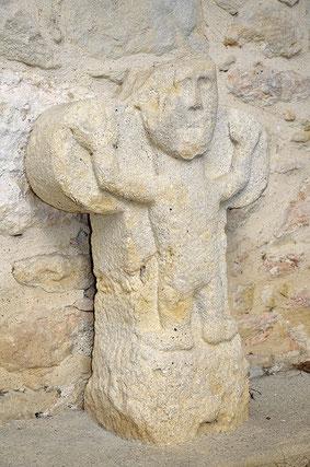 Stèle discoïdale adossé au mur de l'église des Cassès - crédit photo : Michel Azens