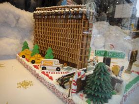今年、高級スーパーのウィンドウに飾ってあったニューヨークの有名なフラットアイアンビルをかたどったもの