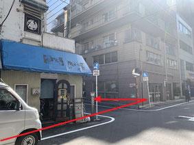 すぐに十字路が見えるので左折してすぐ、右手のビルが会場です。