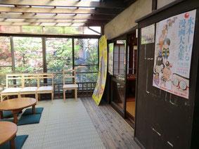 ●ギャラリーには、休憩スペースもあり、窓から池を見下ろす眺めるが楽しめます