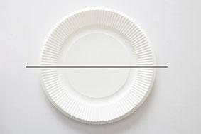 紙皿1枚を半分にハサミで切る