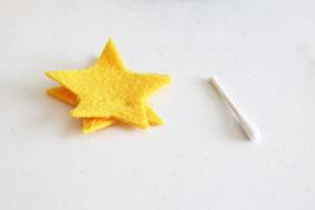 フェルト2枚を星型に、綿棒を半分に切る