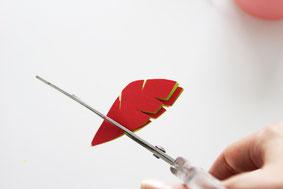 色紙を羽型に作ります