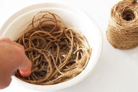 余ったボンド水をさらに薄め、麻糸をひたして形を整え乾かすと鳥の巣風の受け皿もできます