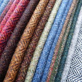 Grosse Auswahl an Tweedstoffen für Highlandwear wie Jacken, Hosen, Kilts