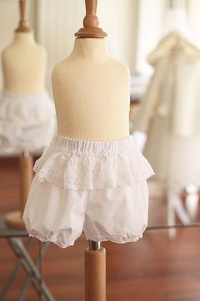 Culotte bouffante baptême bébé fille en voile de coton et dentelle. Fait-main France dans l'atelier Fil de Légende à Neuilly-sur-Seine. envois dans toute la France