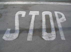 停止してしまった車にぶつけた場合はどうなるのか。またはぶつけられた場合