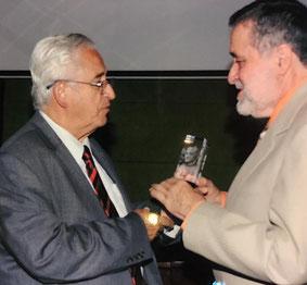 Rigoberto Chauvin (r.) nimmt Auszeichnung entgegen.