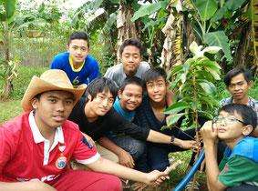 同校を訪問した日本の学生とともに植林活動を実施