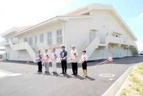 大浜・磯辺地区農業集落排水事業の供用開始を祝い、汚水処理施設の前で行われたテープカット(31日午前)