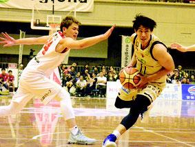 琉球ゴールデンキングスが富山グラウジーズと対戦した=24日夜、石垣市総合体育館