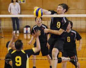第39回八重山日報杯争奪バレーボール大会が開かれた=29日、石垣市総合体育館