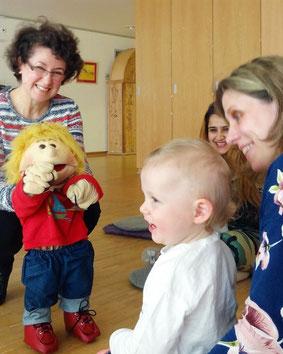 Foto: Toni spricht mit lachenden Baby