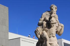 Salzburg: Statuen im Mirabellgarten. Im Hitergrund: Universität Mozarteum.