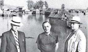 Наводнение на мичуринских участках у Белой. На фото А.Н. Филаретов и ...