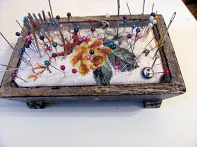 Игольница выполнена в стиле шебби шик с использованием вышивки.