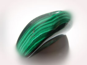 Malachit (CuCO3) ist durch Kupfer grün gefärbt.