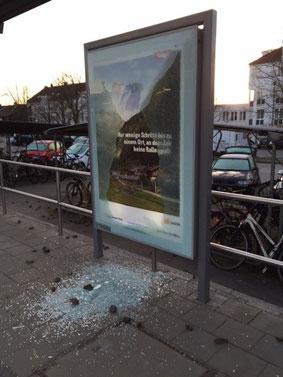 Beschädigte Werbetafel - Foto: SPD-Taufkirchen